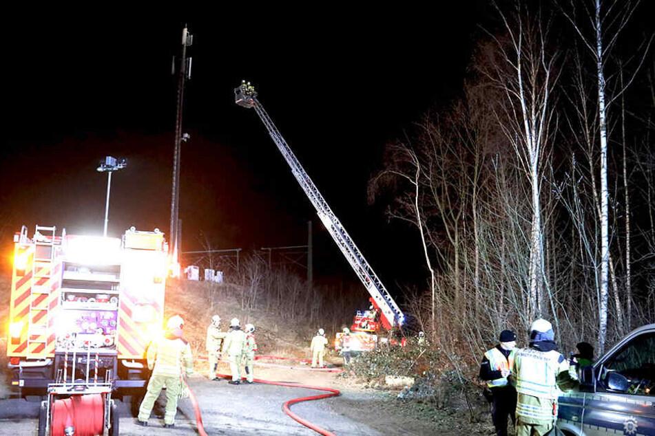 Rettungskräfte der Feuerwehr mussten warten, bis der Strom abgeschaltet wurde.