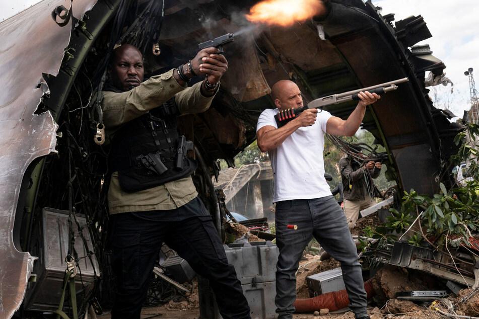 """Dominic Toretto (Vin Diesel, 53, r.) und Roman Pearce (Tyrese Gibson, 42) greifen auch in """"Fast & Furious 9"""" wieder zu den Waffen."""