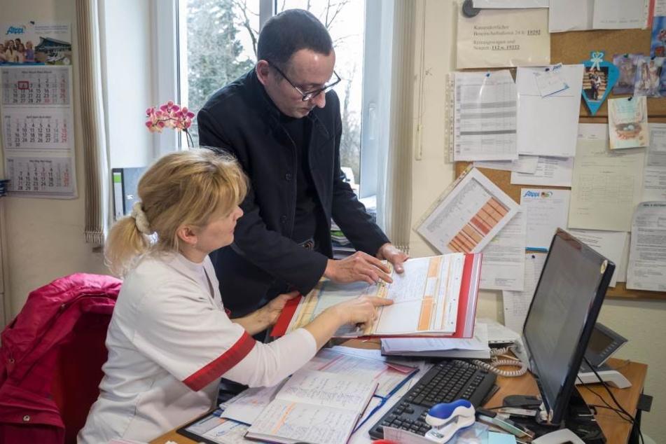 Es geht nicht anders: Unternehmer Hartleib und seine Frau bei der Wochenplanung. Sie muss wegen kranken Kollegen für drei Doppeldienste ran.