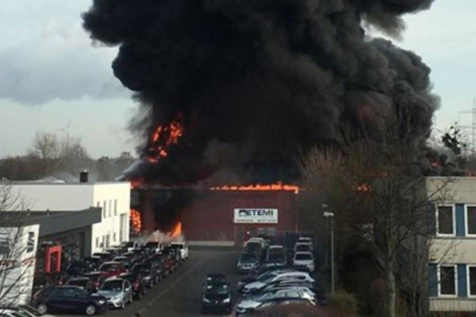 Am Dienstagvormittag standen dichte Rauchschwaden über der Lagerhalle in Bergheim.