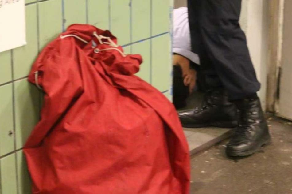 Hier wird U-Bahn-Schläger von der Polizei ruhig gestellt