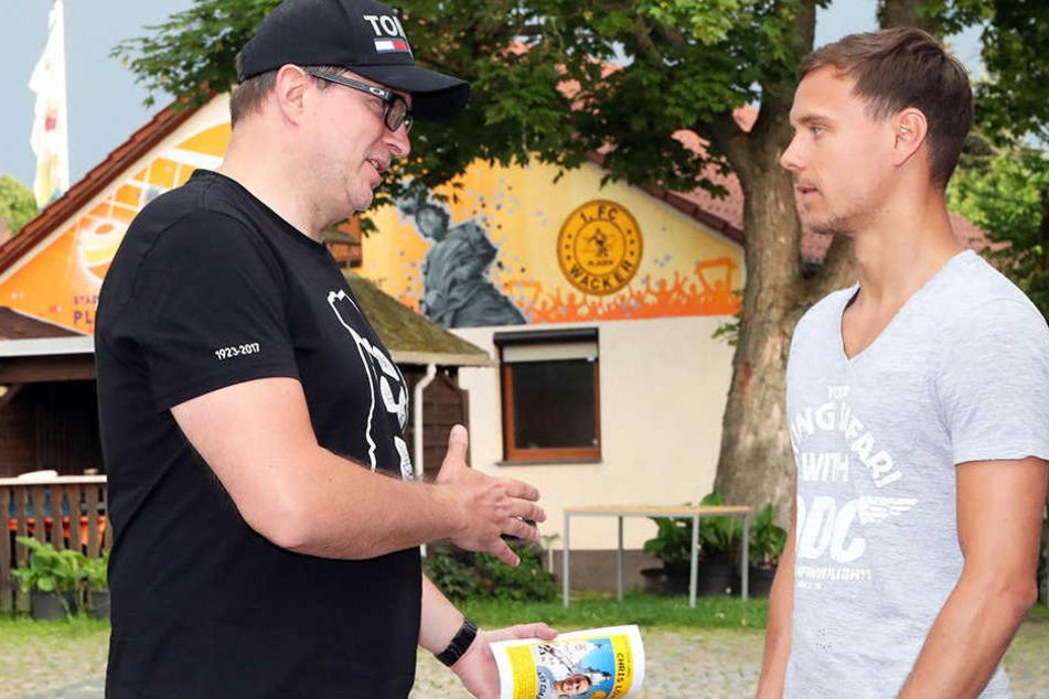Chris Löwe (r.) im Gespräch mit TAG24-Sportredakteur Thomas Nahrendorf bei seinem Heimatbesuch in Plauen.