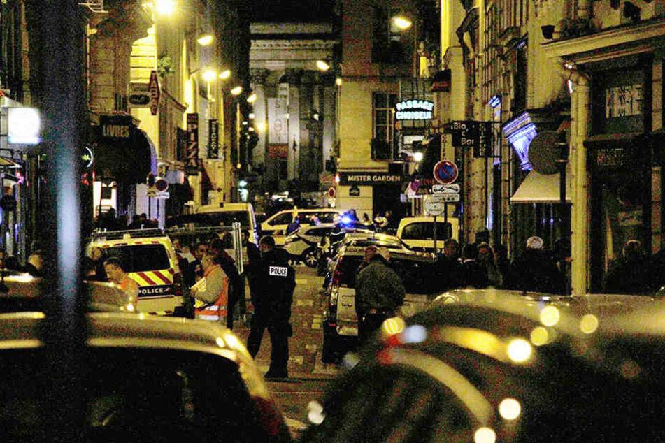 Ein Taxifahrer hat im französisches Paris einen 44-jährigen United-Fan mit einer Klinge attackiert.