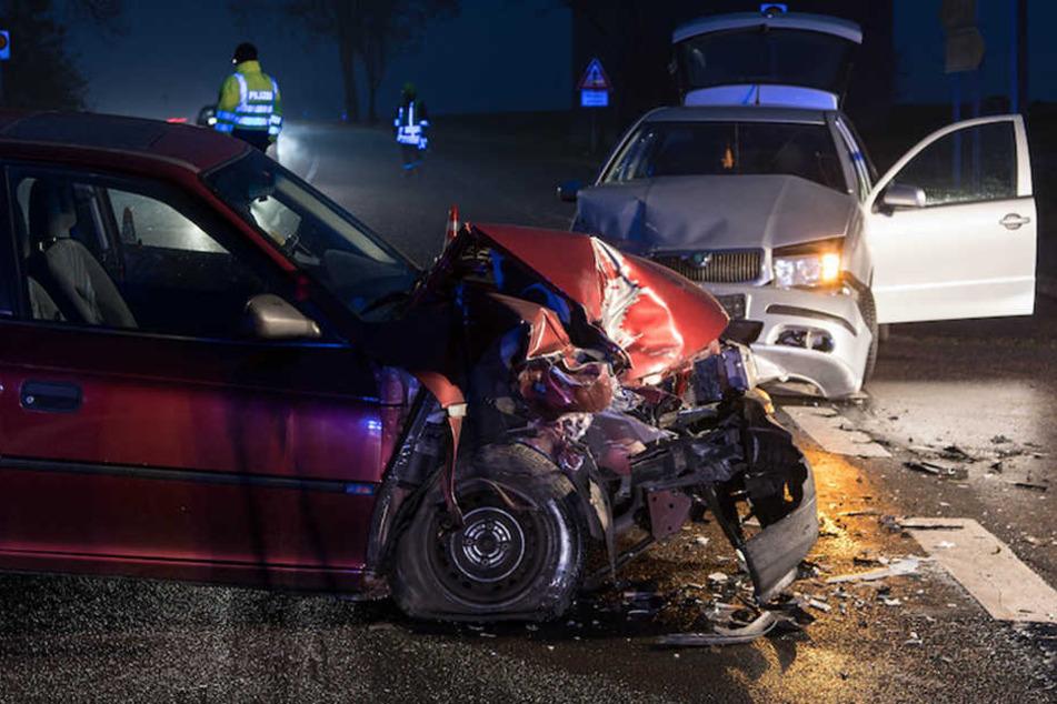 Völlig demoliert stehen ein Opel Corsa und ein Skoda Fabia an der Unfallstelle.