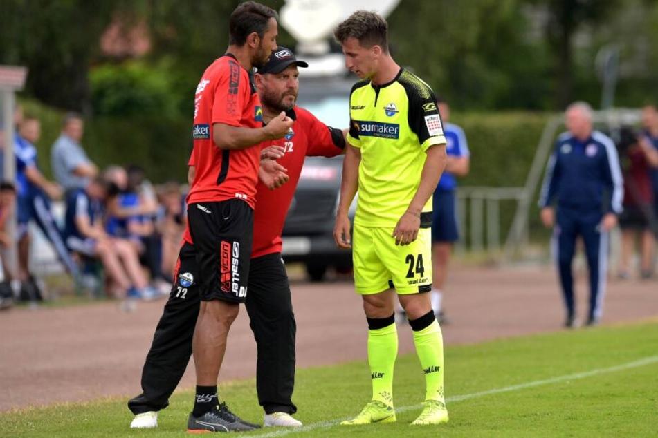 SCP-Trainer Steffen Baumgart (M.) erklärt Rifet Kapic (r.) seine Aufgaben im Spiel.