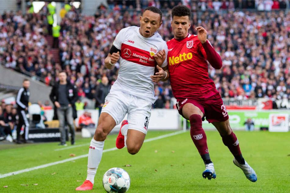 Roberto Massimo (l.) vom VfB Stuttgart in Aktion gegen Chima Okoroji (r.) vom SSV Jahn Regensburg.