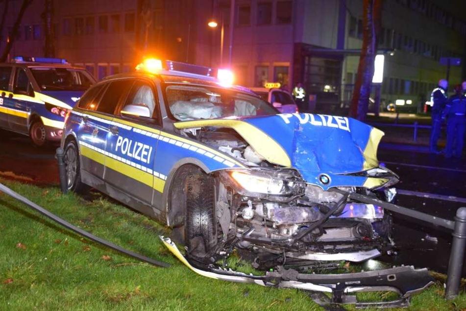 Taxifahrer übersieht Polizeiwagen : Vier Verletzte