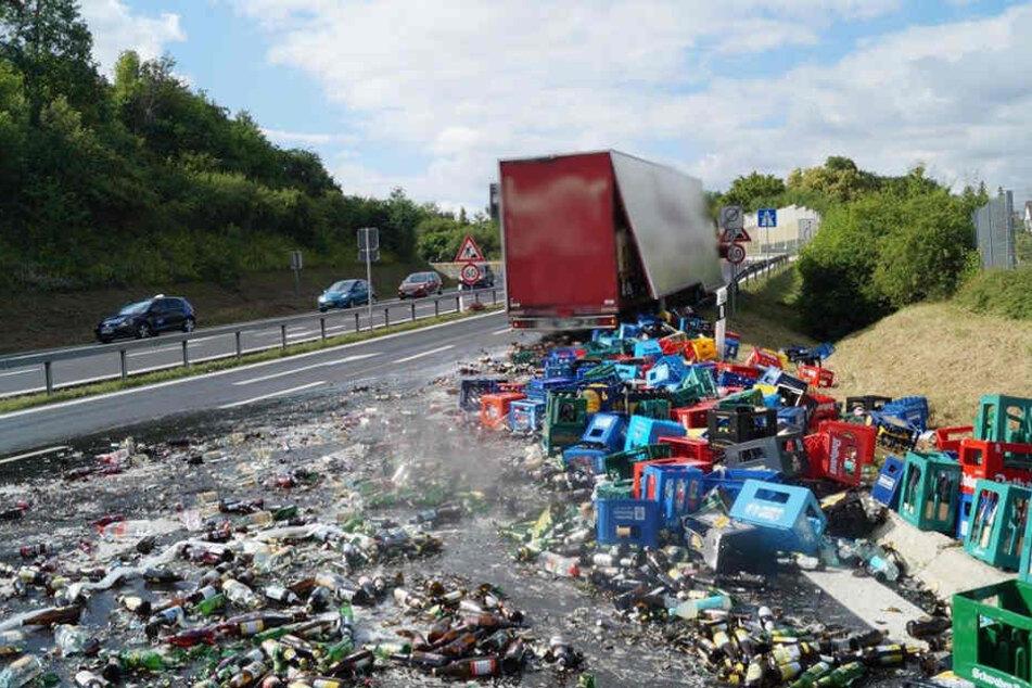 Dutzende Getränkekisten rutschten von dem Laster und landeten auf der Fahrbahn.