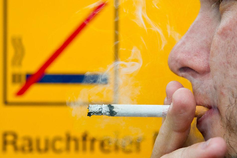 Trotz Rauchverbot wollen viele Berliner nicht auf die Zigarette im Bahnhof verzichten. (Symbolbild)