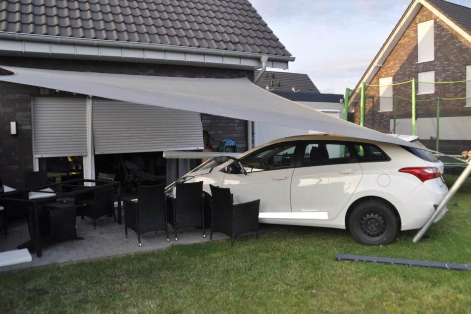 Das Auto war durch den Garten, über eine Terrasse und ins Haus gerast.