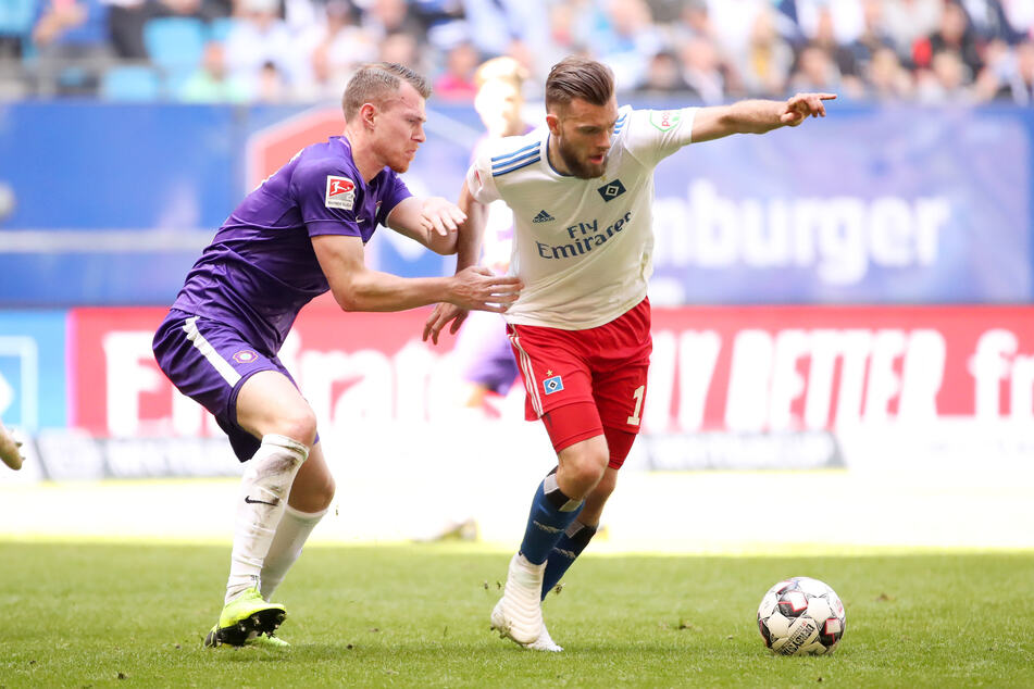 20. April 2019: Aues Steve Breitkreuz (l.) legt den Hamburger Manuel Wintzheimer an die Kette.
