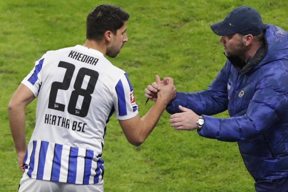 Sami Khedira klatscht nach seinem Debüt für Hertha BSC gegen den FC Bayern München mit Pal Dardai (r.) ab.