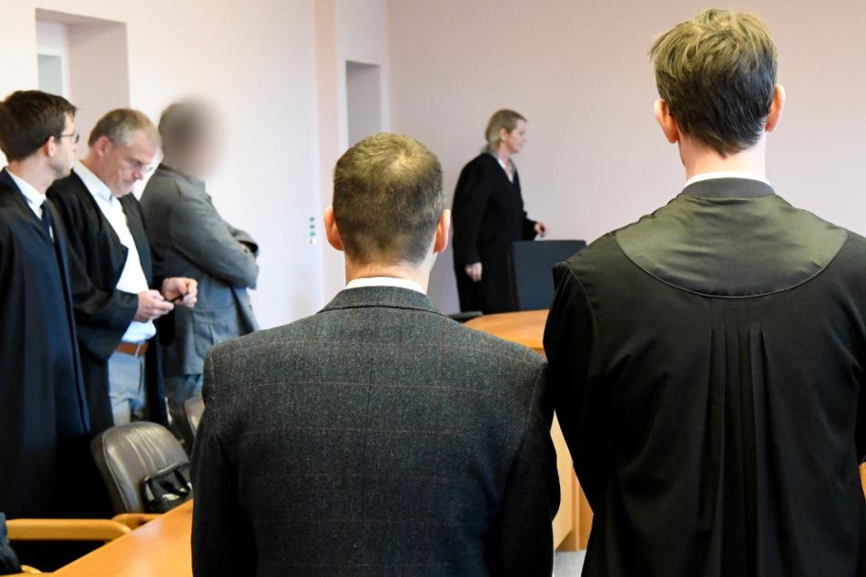 Zwei der Ex-Manager von Sig Sauer (3. und 4. von links) stehen vor Prozessbeginn im Gerichtssaal. (Archivbild)