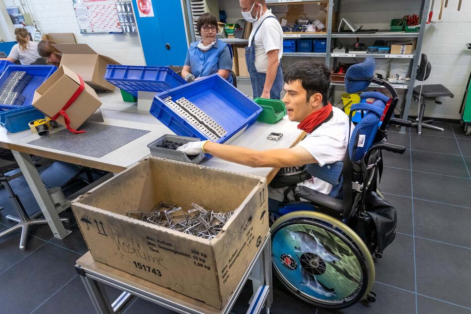 In der Praxis-Werkstatt versieht Mitarbeiter Tobias Franke (30) Jalousie-Halter mit einem Lärmschutz.