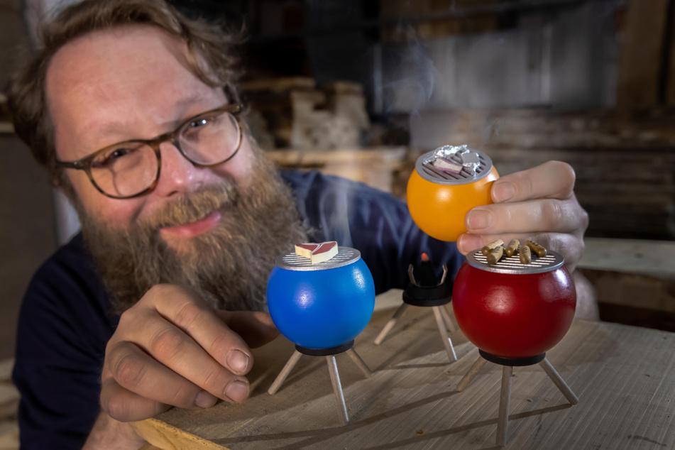 Sven Reichl (48), Vorstand der Seiffener Volkskunst, zeigt die drei unterschiedlichen Ausführungen des Mini-Räucher-Grills.