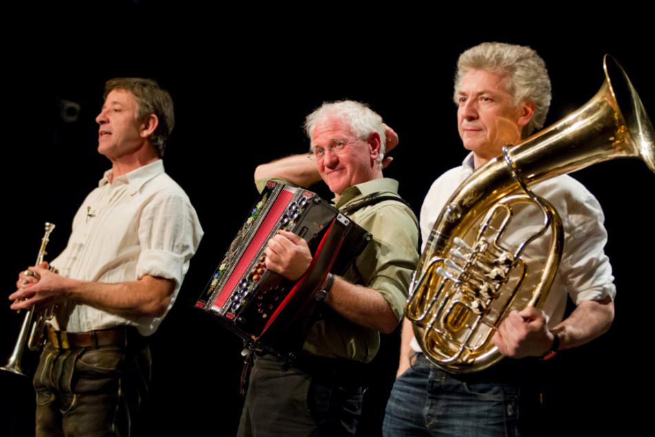 Die bayerische Kultband Biermösl Blosn mit Christoph Well (l-r), Hans Well und Michael Well bei einem Auftritt im Jahr 2012.