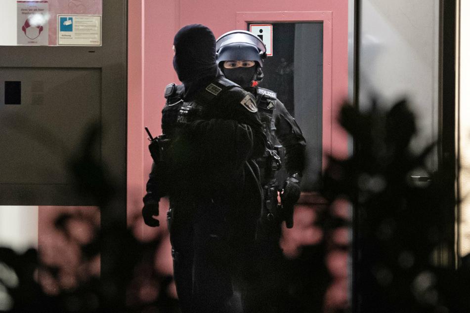 Einsatzkräfte der Bundespolizei haben umfangreiche Beweismittel wie Dokumente, Speichermedien und Einladungsschreiben sichergestellt. (Symbolbild)