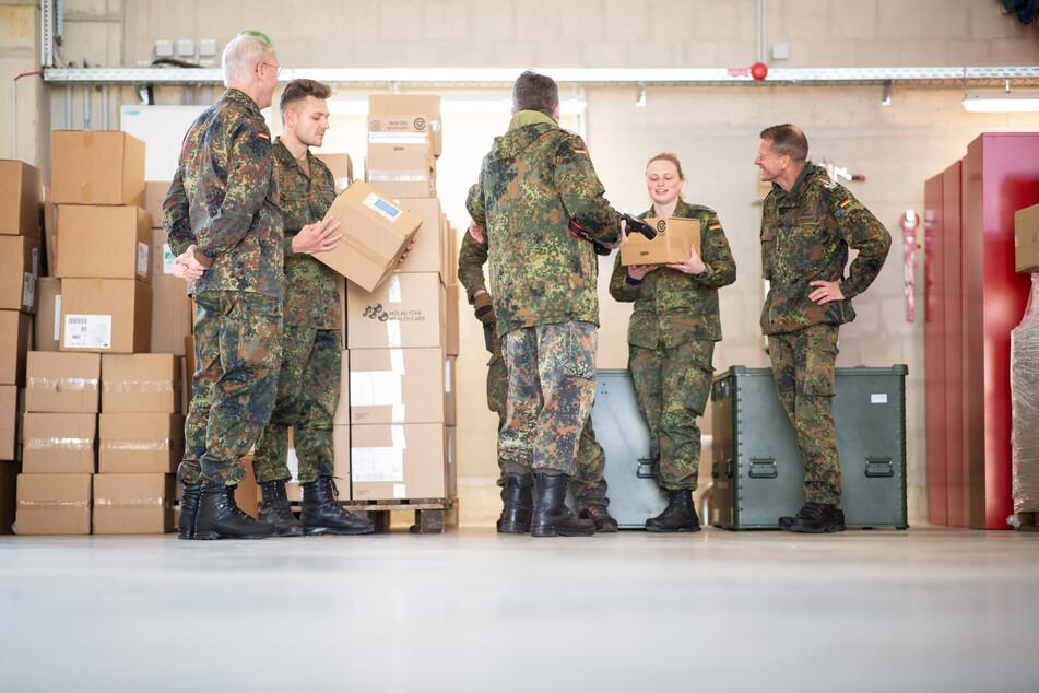 Erkelenz: Soldaten verladen Kartons mit Schutzkleidung in der Feuerwache. Die Bundeswehr unterstützt die Versorgung des Kreises Heinsberg.