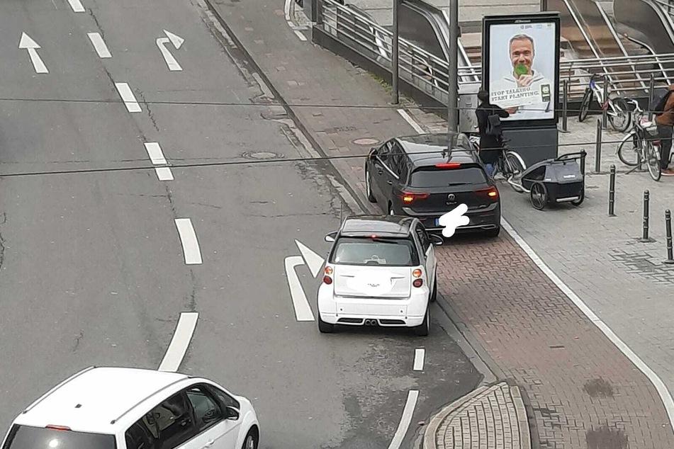 Das Parken auf dem Radweg ist verboten.