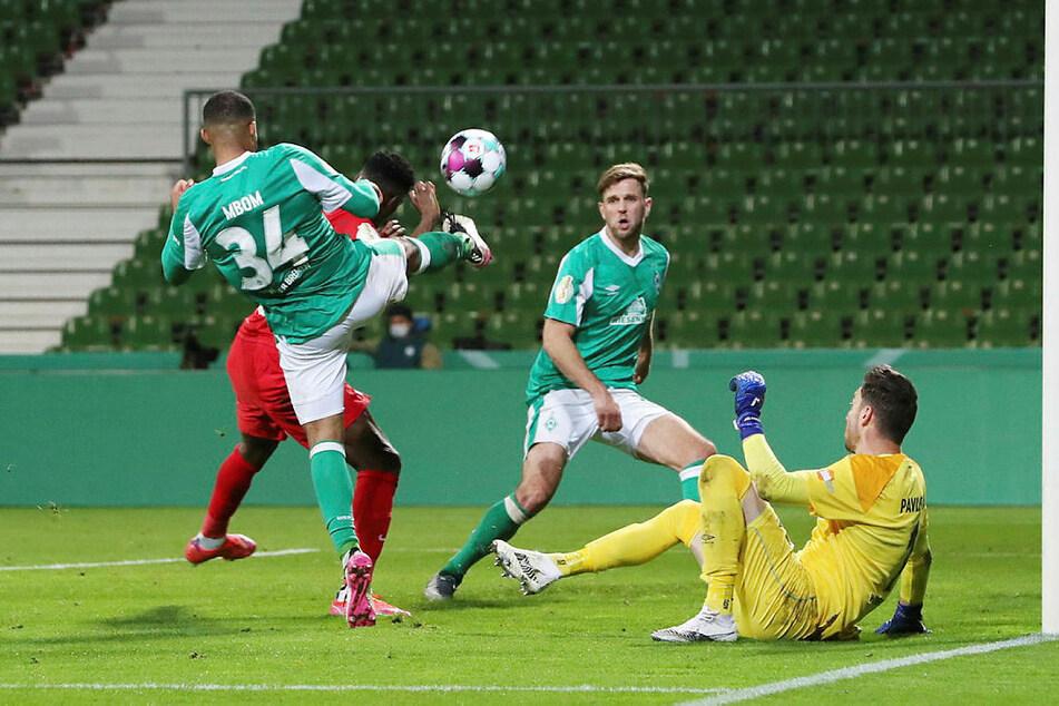 Heikle Situation für Werder: Nachdem Willi Orban an die Latte geköpft hat, klärt Jean Manuel Mbom (l., Nr. 34) vor Nordi Mukiele (davor).