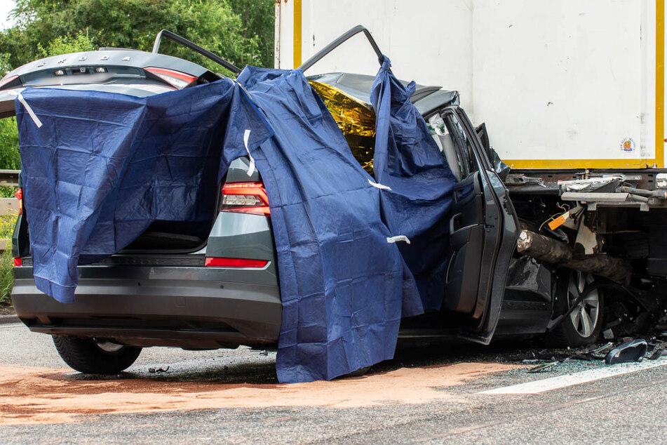 Der Wagen des 78-Jährigen muss mit sehr hoher Geschwindigkeit in das Heck des Lastwagens gekracht sein.