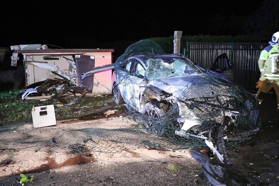Ein Zaun wickelte sich um den Mercedes Benz, der ein Trafo niederriss.
