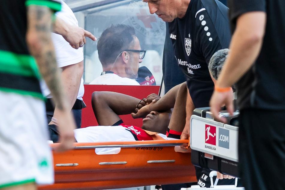VfB-Youngster Mohamed Sankoh (17) wird nach einem schlimmem Zusammenstoß vom Platz getragen.