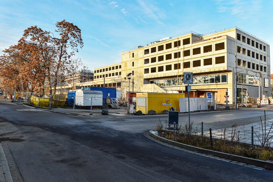 """Diese Brache wird der neue """"Mobilitäts-Hub"""". Im Hintergrund wächst der Simmel-Supermarkt."""