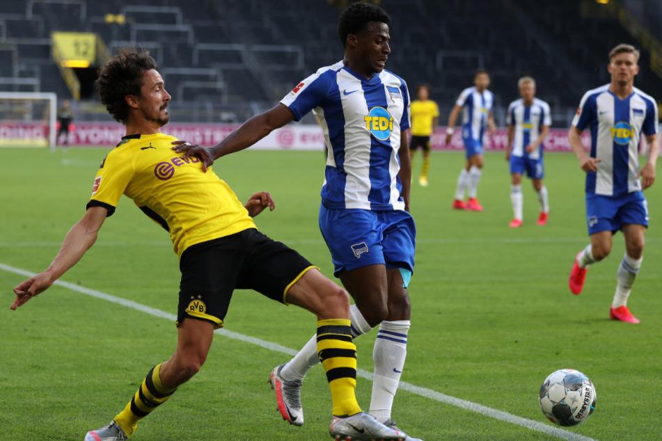 Javairo Dilrosun (21, r) im Zweikampf mit Dortmunds Thomas Delaney.