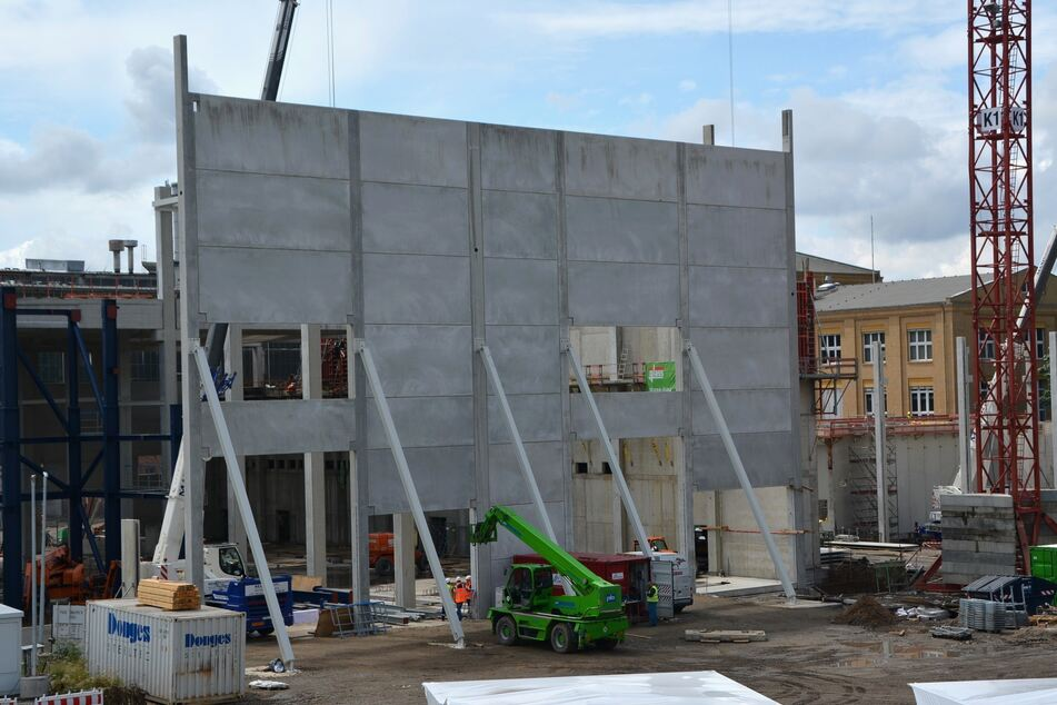 Hier wird eine Wand des neuen Kraftwerkgebäudes errichtet. Bereits Ende 2022 soll der Bau fertiggestellt sein.