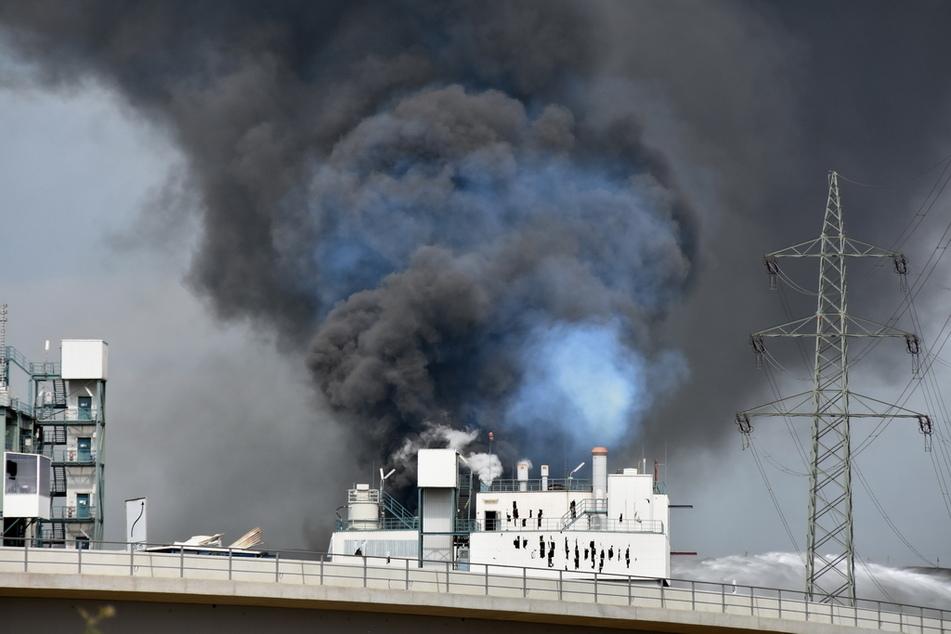 Die Explosion in Leverkusen war so heftig, dass Löcher in die Wand eines Industriegebäudes gerissen wurden.