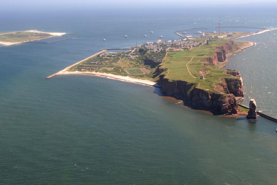 Die Hochseeinsel Helgoland ist aus einem Flugzeug heraus zu sehen.