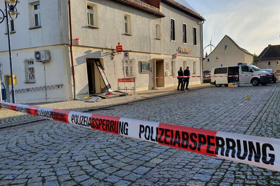 In der Kleinstadt Stößen in Sachsen-Anhalt haben Unbekannte einen Geldautomaten explodieren lassen.