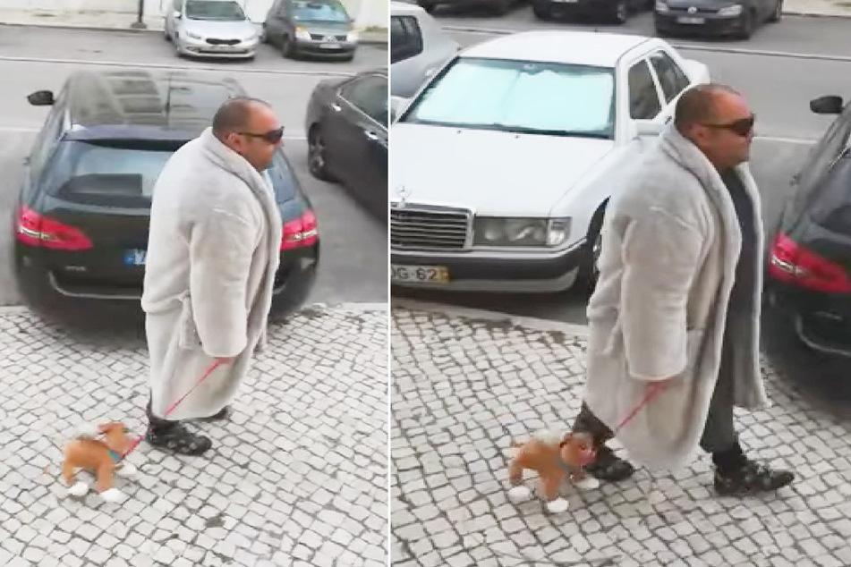 Dieser Mann geht mit seinem Plüschhund Gassi.