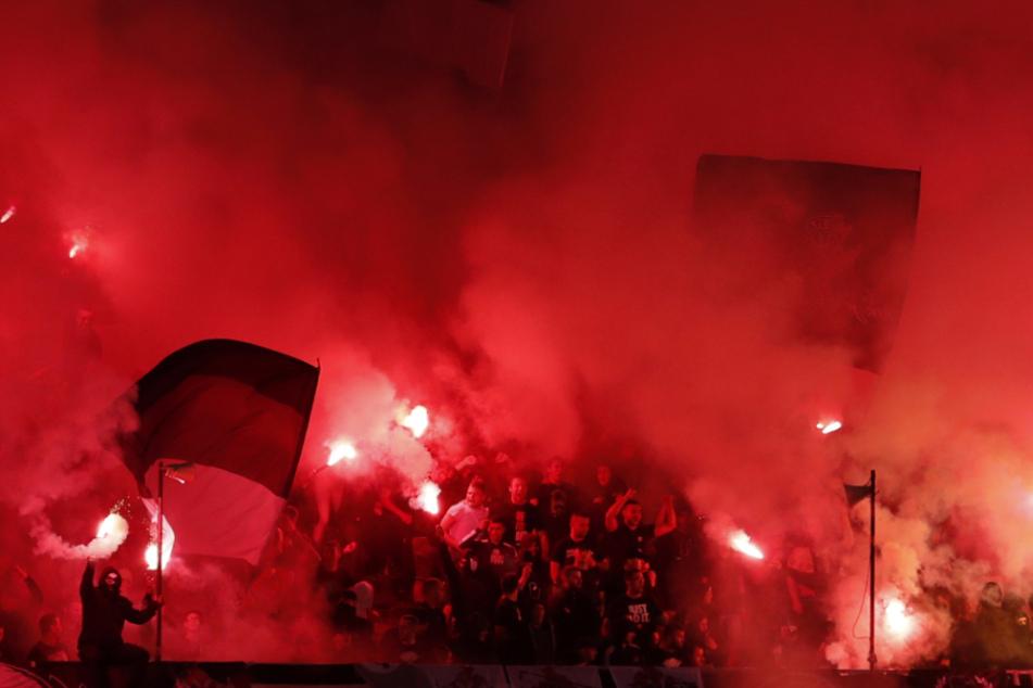 Partizan-Fans entzünden Fackeln während des Halbfinalspiels des serbischen Nationalpokals zwischen Partizan und Roter Stern.
