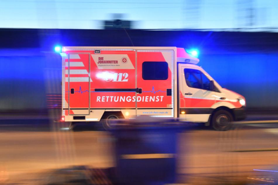Ein Krankenwagen brachte die 33-Jährige ins Krankenhaus. (Symbolbild)