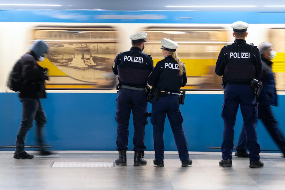 Polizisten kontrollieren die Maskenpflicht in der Münchner U-Bahn.