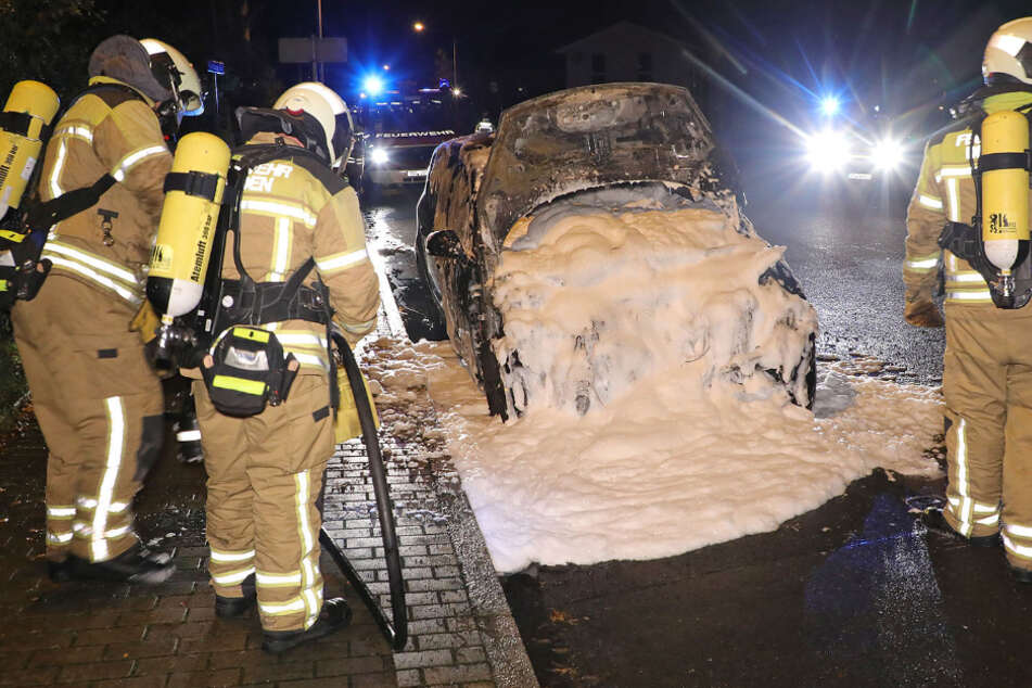 Dresden: Brandstiftung! Renault geht im Dresdner Stadtteil Gohlis in Flammen auf