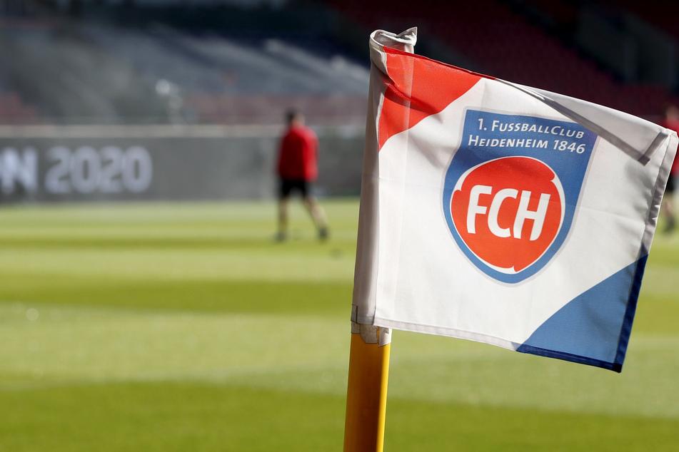 Auf der Eckfahne ist das Vereinslogo des 1. FC Heidenheim zu sehen.