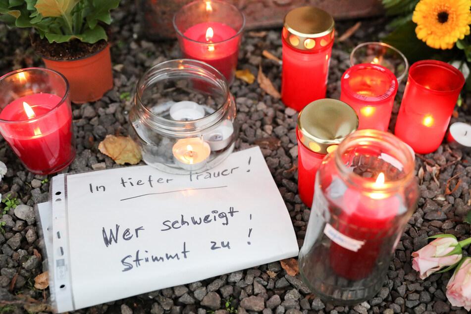 Zahlreiche Kerzen und Trauerbekundungen wurden nach der Tat an der Synagoge platziert.