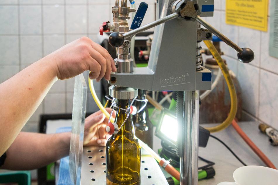 Hier kommt das Bier in die Flaschen. Maximal 30 Stück kann der Bierbrauer pro Tag befüllen.
