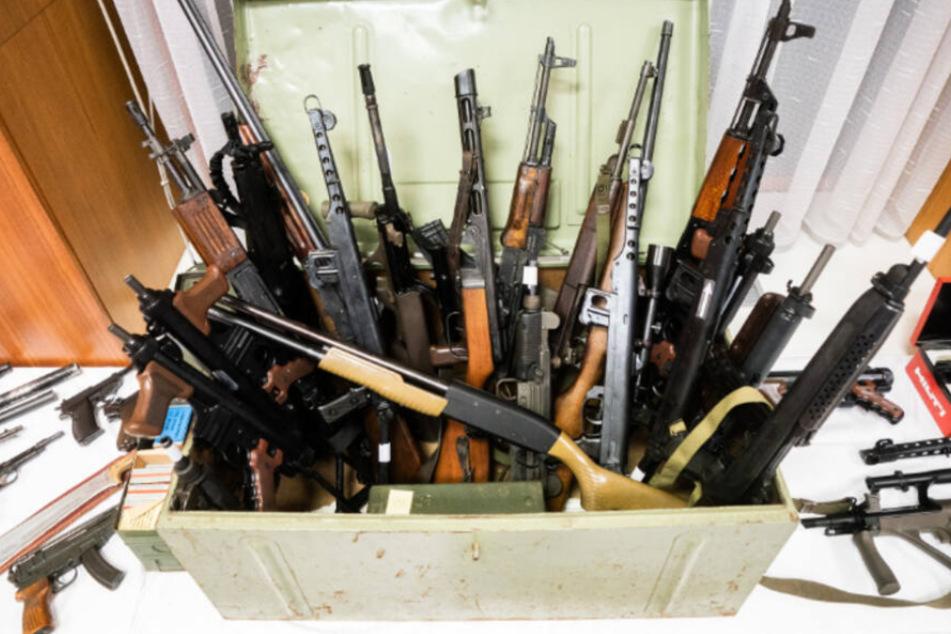 Riesiges Waffenarsenal für Rechtsradikale sichergestellt!