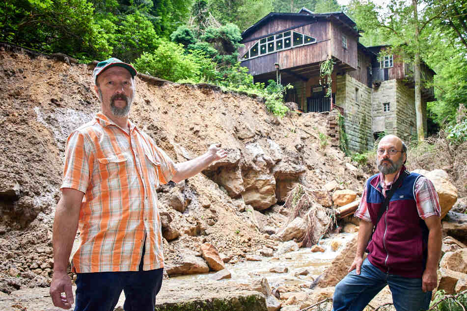 Brauchen Hilfe: Die Gebrüder Christoph (l.) und Jürgen Büttner wollen die vom Hochwasser arg gebeutelte Niedermühle vor dem Einsturz bewahren.