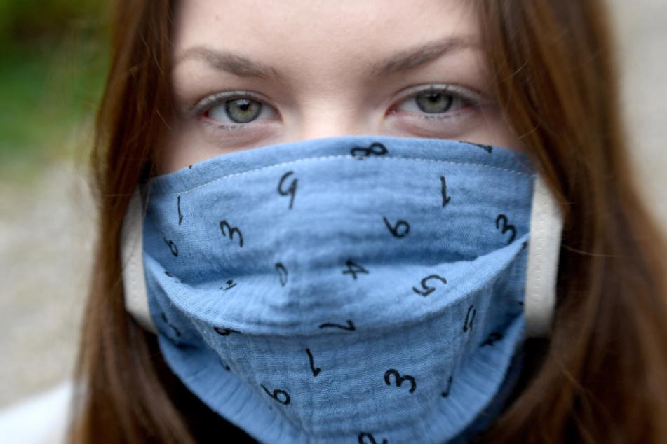 Diese Gesichtsmaske hat sich die Jugendliche selbst genäht.