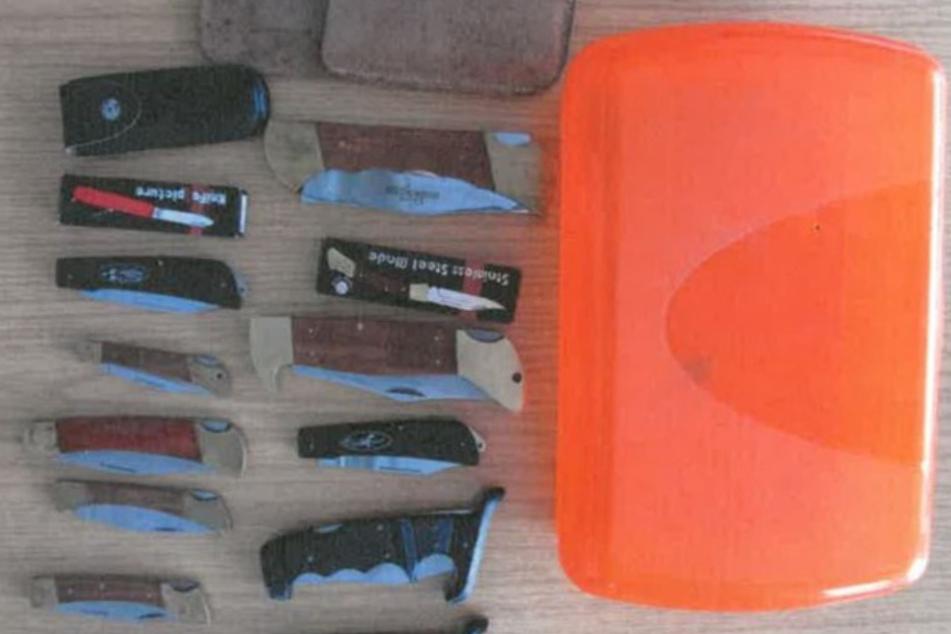 In der Box befanden sich 14 Taschenmesser.