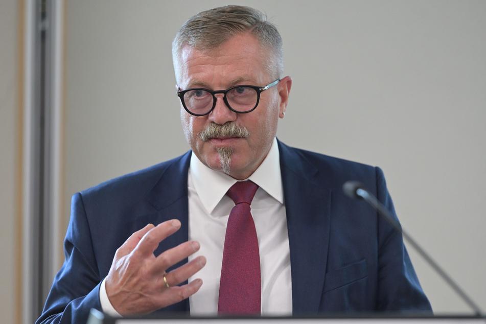 Miko Runkel (60, parteilos) wurde beauftragt, für mehr Müllabfuhr-Fahrten zu sorgen, sagen CDU und AfD. Die Stadt erwidert, er sei nur beauftragt worden, darüber zu verhandeln - und das hätte er getan.
