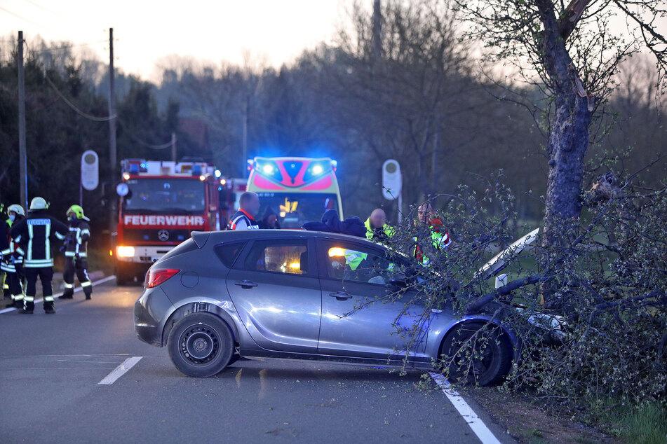 Opel kracht gegen Baum: 26-Jähriger schwer verletzt