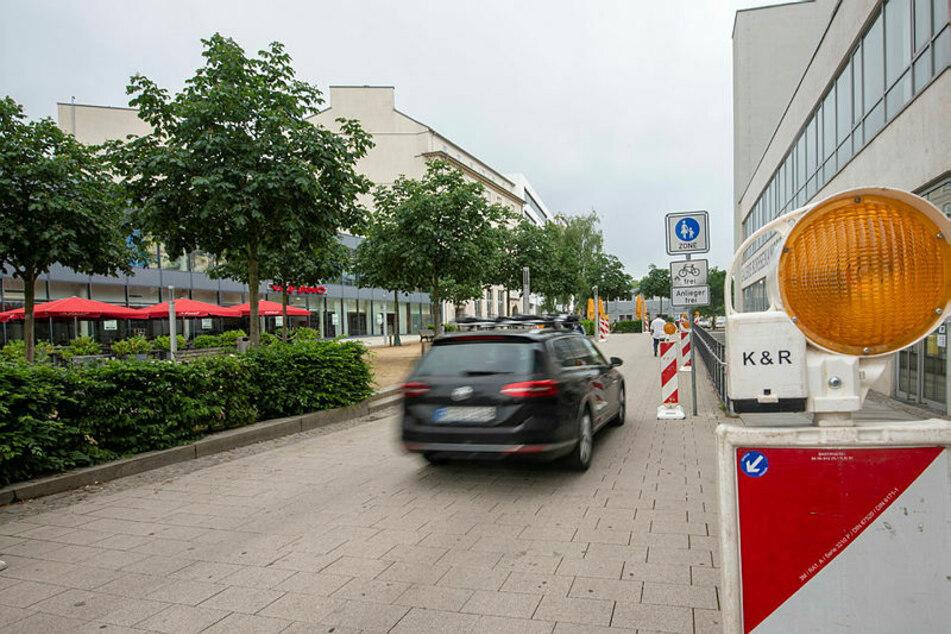 Kurios! Durch die Fußgängerzone am Johannisplatz fahren regelmäßig Autos.