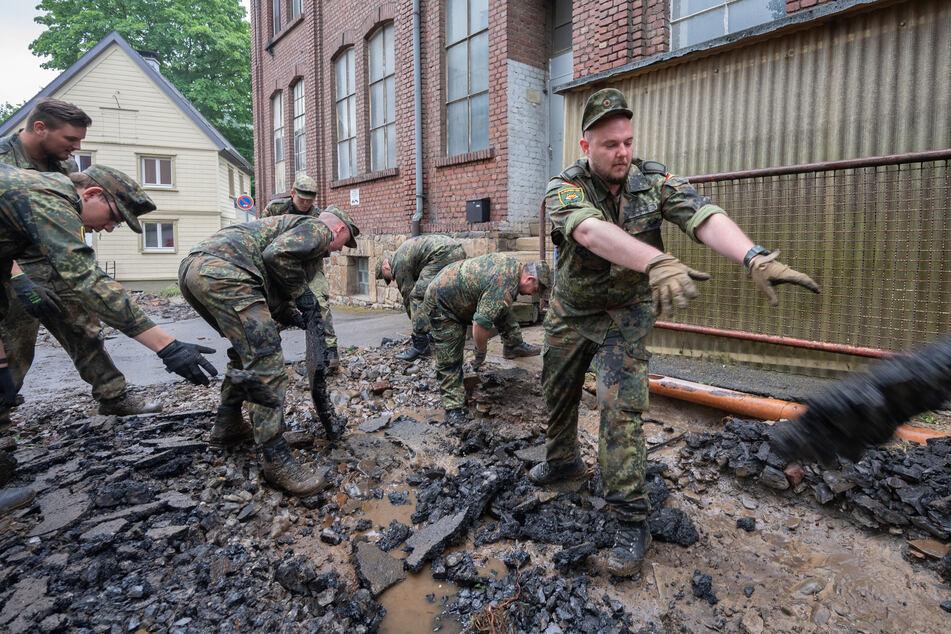 Soldaten der Bundeswehr helfen bei den Aufräumarbeiten der schweren Unwetterschäden im Ortsteil Hagen-Hohenlimburg.