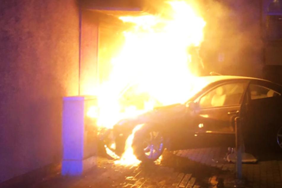 Teenie-Gang kracht mit geklautem Mercedes bei Verfolgungsjagd in Wohnhaus